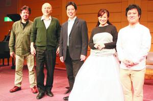 「セヴィリアの理髪師」に出演する大谷さん(中)や二塚さん(右)ら=大津市浜町のしがぎんホールで