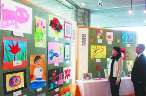 絵画や工作などさまざまなジャンルの発想力豊かな作品が並ぶ会場=県教育記念館で
