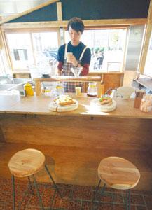 カウンターの丸椅子には、学生らが搬出した天竜スギが使われた=浜松市東区で