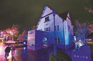 青色にライトアップされた「人道の港 敦賀ムゼウム」=敦賀市金ケ崎町で