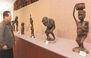 頭で物を運ぶマコンデ族の彫刻などを初披露した水野さん=伊勢市二見町松下のマコンデ美術館で