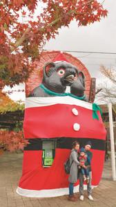 サンタクロース姿でクリスマスムードを盛り上げるタヌキのモニュメント=甲賀市信楽町で