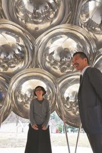 「まる」の内部に入り談笑する妹島和世さん(左)と秋元雄史館長