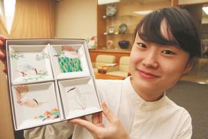 トキを上絵付けした九谷焼の豆皿を手掛けた堀畑蘭さん=能美市泉台町の九谷焼技術研修所で