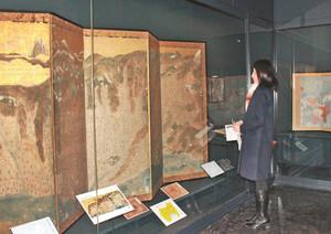 世界や日本、富山を描いた古地図が並ぶ企画展=富山市郷土博物館で
