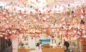 華やいだ雰囲気を演出するつるし飾り=駒ケ根市の国民宿舎すずらん荘で