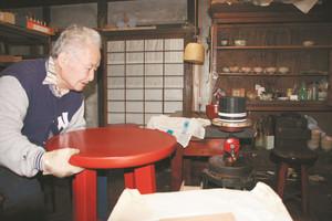 工房の蔵で漆塗りの工程を説明してくれた巣山元久さん=いずれも長野県塩尻市木曽平沢で
