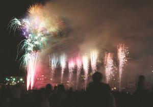 温泉街の夜空を彩った花火=下呂市幸田の飛騨川河川敷で