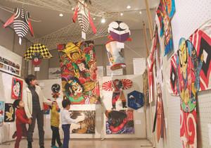 さまざまな形や図柄、由来のたこが並ぶ=江南市北野町の市歴史民俗資料館で