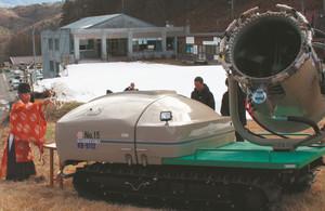 増設された人工降雪機の安全祈願も営まれた=木祖村の「やぶはら高原スキー場」で