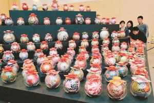 さまざまなデザインのびん細工手まりが並ぶ会場=愛荘町の愛知川びんてまりの館で