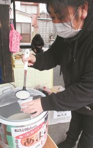 観光客に好評なノンアルコールの甘酒=輪島市河井町の朝市で