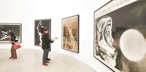 報道写真などを引き伸ばした作品などが並ぶトーマス・ルフ展=金沢21世紀美術館で