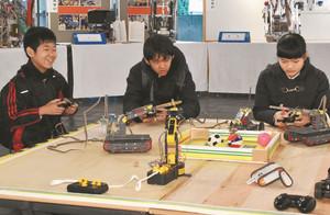 ロボットの操作を体験する来場者=県教育記念館で