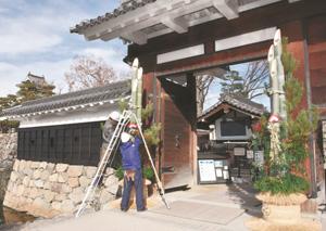 華やかに飾り付けられる黒門前の門松=松本市の国宝松本城公園で