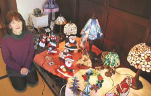 クリスマス向けのステンドグラスを制作した岩間さん=木曽町で