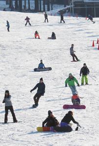 営業が始まり、にぎわうゲレンデ=米原市の奥伊吹スキー場で