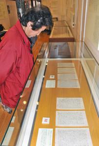 戦地から持ち帰られた手紙を興味深く見入る来館者=勝山市のはたや記念館ゆめおーれ勝山で