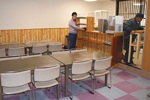 食堂の開店準備をする関係者=木曽町の「やまゆり荘」で