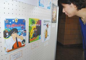 「セロ弾きのゴーシュ」などの表紙を飾った会場=小浜市の若狭図書学習センターで