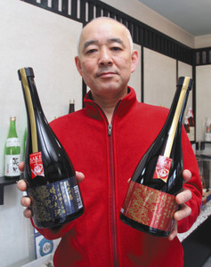 「時の大河」(左)と「時のしずく」を掲げる泉さん=大野市の真名鶴酒造で