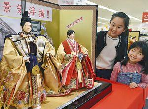 安倍首相と小池都知事をモチーフにした「期待びな」=福井市の西武福井店で