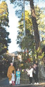 境内の竹で作られた高さ15メートルの門松=岡崎市真福寺町で