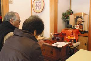 秘仏の大黒天に手を合わせる参拝者=各務原市那加北洞町1の瑞巌寺で