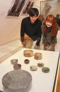 妙土窯で焼かれた茶わんなどが並ぶ会場=多治見市モザイクタイルミュージアムで