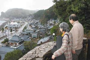 傾斜地に立つ旧右近家住宅西洋館からは「河野北前船主通り」や日本海を望むことができる=いずれも福井県南越前町で