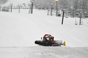 ゲレンデを整備する圧雪車=白山市尾添の白山一里野温泉スキー場で