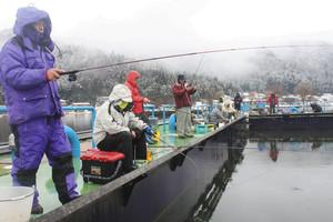 ワカサギの当たりを待つ釣り客ら=長浜市の余呉湖で