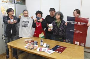菓子やTシャツなど、直虎にちなんだ商品を紹介する施設利用者や職員=浜松市北区の引佐草の根作業所で