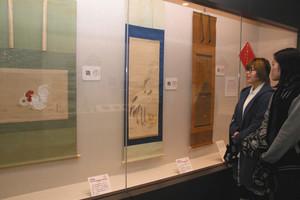 酉年にちなんだ掛け軸などが並ぶ会場=津市の県総合博物館で