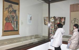 中国の仙人らの掛け軸や巻物などが並ぶ会場=彦根市の彦根城博物館で