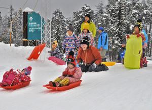 ソリ滑りを楽しむ子どもたち=勝山市のかつやま恐竜の森で