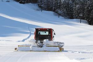 19日の営業開始を前に圧雪車によるゲレンデ整備が進む宇奈月温泉スキー場=黒部市内で