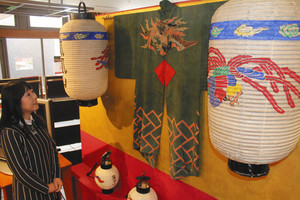 鳳凰が描かれたちょうちんや法被=長浜市曳山博物館で