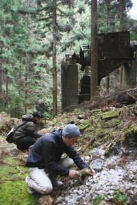 砕石機の遺構もある笹洞蛍石鉱山跡地で蛍石を探す