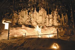 幅30メートルほどに連なる樹氷=高山市奥飛騨温泉郷福地で
