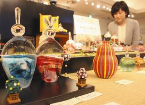 作家が丹精して作った作品が並ぶ会場=富山市古沢で