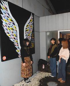 作品を背景に天使になったような写真を撮ることができる場所=金沢市竪町で