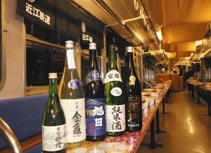 地酒電車の車内=近江鉄道提供
