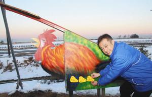 恵方の北北西を示すニワトリ、ヒヨコの絵馬も付けられる=氷見市北大町で