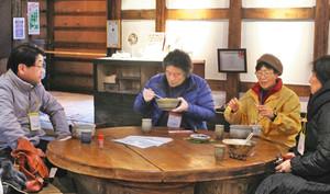 しょうゆの醸造蔵を改装した店内で昼食を味わう参加者=金沢市大野町で