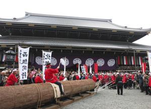 京都市の東本願寺で木遣り唄を披露した保存会=昨年11月(大聖寺教務所提供)
