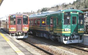 緑を基調とした501号(右)と色違いの401号=甲賀市信楽町の信楽駅で