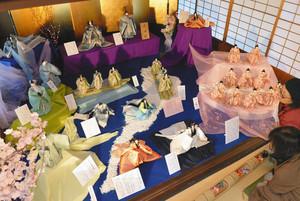 商人屋敷に展示される琵琶湖をモチーフにした「清湖雛」=東近江市五個荘金堂町で