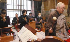 沢村住職(右)の声に合わせて般若心経を読経する参加者=売木村の宝蔵寺観音堂で