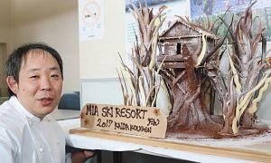 チョコレート製のツリーハウスを作った星山さん=木曽町の開田高原マイアスキー場で